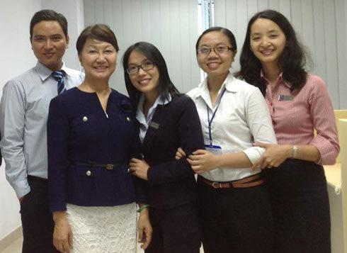 Bà Đặng Thu Thủy, Phó chủ tịch ACB tại một điểm giao dịch của ngân hàng trong những ngày sóng gió vừa qua.