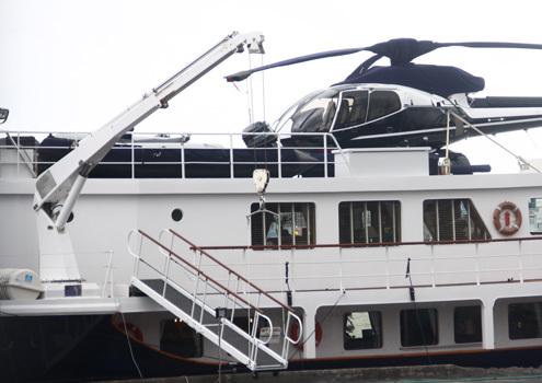 Việc hạ cầu thang, tàu ca nô... được thực hiện nhờ một chiếc cần cẩu nhỏ được gắn trực tiếp trên du thuyền.