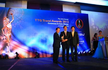 Ông Võ Quang Liên Kha, Phó Tổng Giám đốc Công ty Du lịch Vietravel đón nhận giải thưởng TTG Travel Awards 2012.