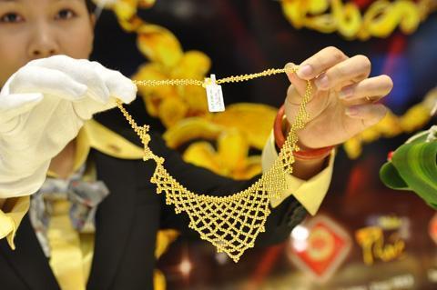 Nhiều người đi mua vàng vì giá hiện rẻ hơn 2,1 triệu đồng so với 20 ngày trước. Ảnh: Anh Quân