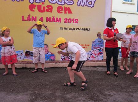 Các bạn nhỏ còn được tham gia vào những trò chơi vận động vui nhộn.