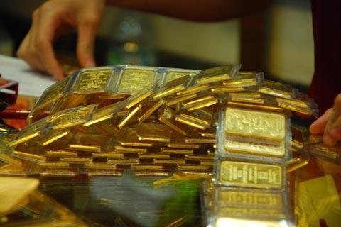 Ngân hàng Nhà nước hy vọng vàng sẽ bớt hấp dẫn, để người dân dành tiền làm kinh doanh hoặc gửi ngân hàng. Ảnh: Công Tâm