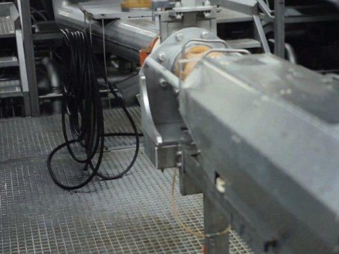 Khoai tây được gọt vỏ sẽ được đưa qua hệ thống cắt nhỏ này.