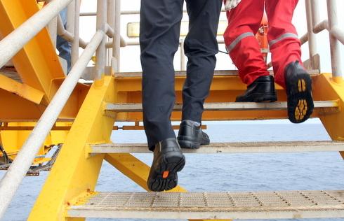 An toàn trên các dàn khoan dầu cũng bắt buộc phải tuân thủ quy trình nghiêm ngặt. Người tham gia phải đi các loại giày bảo hộ riêng trên các lối đi bề mặt nhám.