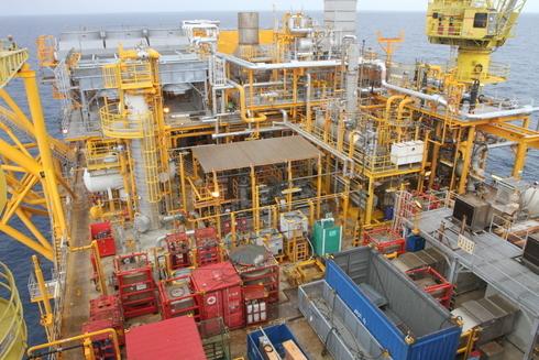 Các hệ thống máy móc nằm trong khu khoan dầu.