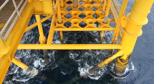 Các dàn khoan có trụ được gắn chặt vào bề mặt đáy biển bằng các thanh giằng chằng chịt. Một dàn khoan thường có chân cao 50 đến trên 100 mét tùy độ sâu mực nước biển. Tại dàn khoan Rồng Đôi, chân đế từ mực nước biển xuống cao 80 mét. Tuy nhiên, mũi khoan dầu lại được thọc sâu vào bề mặt tới trên 2.500 mét.
