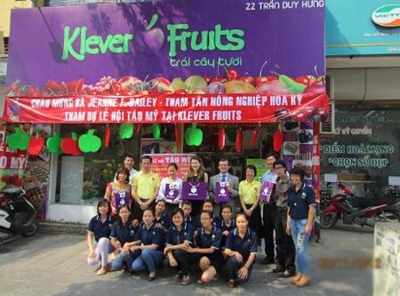 Bà Jeanne Bailey chụp ảnh lưu niệm cùng Klever Fruits.