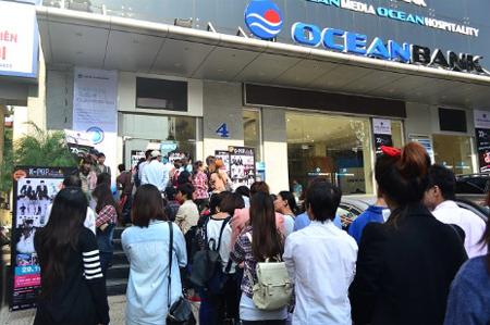 Fan hâm mộ xếp hàng mua vé K-pop.