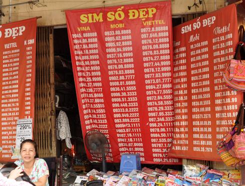 Sim thuê bao trả trước với tài khoản lớn được bán tràn lan trên phố. Ảnh: Anh Quân