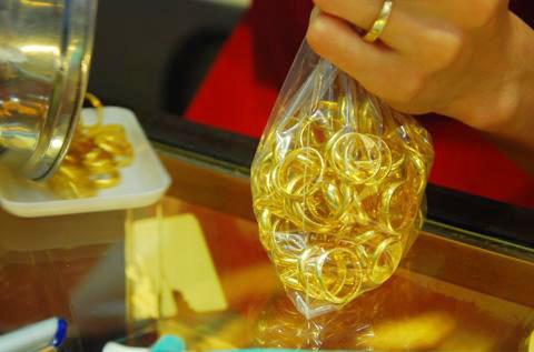 Giá vàng trong nước luôn cao hơn quốc tế trên dưới 3 triệu đồng trong hơn 2 tháng qua. Ảnh: AQ