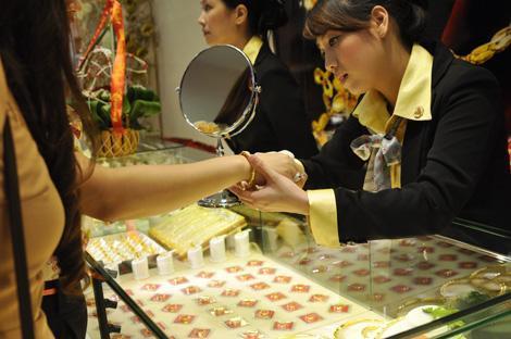 Giá vàng trong nước liên tục cách biệt trên dưới 3 triệu đồng so với quốc tế trong hơn 2 tháng qua. Tuy nhiên tỷ giá đôla Mỹ không biến động theo. Ảnh: AQ