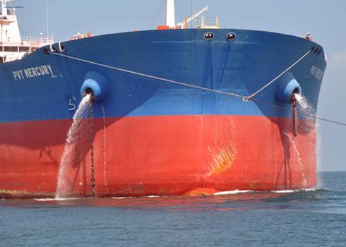 """Theo đại diện chủ đầu tư PV Trans, sở dĩ đơn vị chưa chịu nhận bàn giao tàu chở dầu thô """"Dung Quất 01"""" là do thiết kế tàu của Ba Lan đã quá lâu, hiện có một số tiêu chuẩn mới hàng hải hiện nay không phù hợp cần phải bổ sung, chỉnh sửa nhiều hạng mục mới có thể đưa vào hoạt động."""