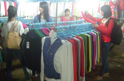 TỪ 100.000 đến 200.00 đồng, khách hàng có thể chọn cho mình một áo len nhẹ đủ màu. Ảnh: Thùy Trang