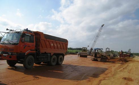 Cầu nối vào sân bay Sao Vàng cũng đang được các nhà thầu đẩy nhanh tiến độ thi công.