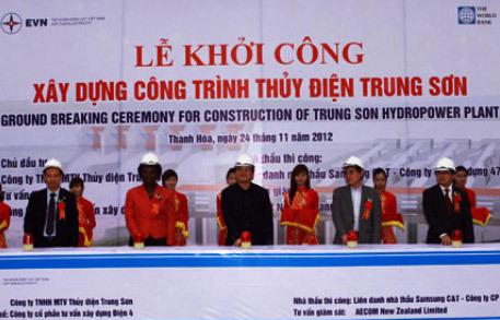 Phó thủ tướng Hoàng Trung Hải, đại diện Ngân hàng thế giới và lãnh đạo Tập đoàn Điện lực Việt Nam ấn nút khởi công dự án