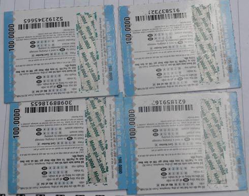 Thẻ cào mệnh giá 100.000 đồng bị làm giả bằng cách lấy mã số thẻ cào mệnh giá 20.000 đồng dán đè lên.