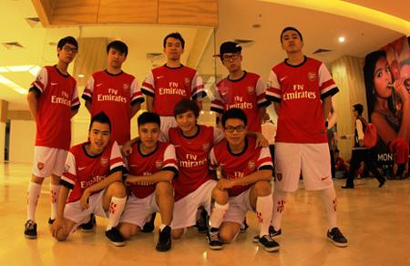 Một nhóm bạn trẻ trong đồng phục của cầu thủ bóng đá trước giờ trình diễn.