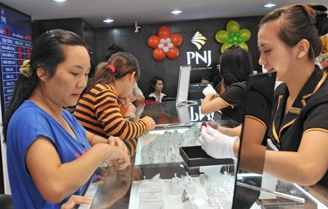Doanh nghiệp PNJ đang dãn rộng khoảng cách mua bán lên tới 800.000 đồng. Ảnh: PNJ