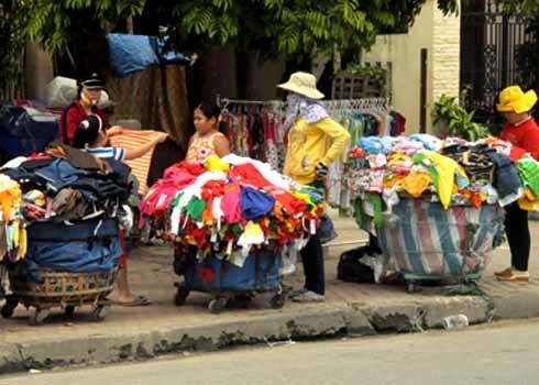 Những sọt đựng quần, áo là những giỏ tre hoặc giỏ bằng sắt, bên dưới có gắn bánh xe dễ dàng di chuyển đi lại trên vỉa hè các đường phố.