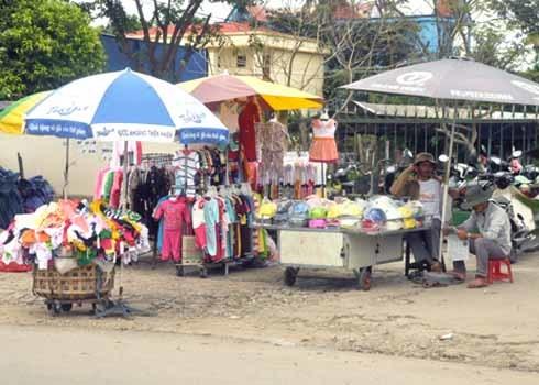 Bên cạnh quần áo, một số tiểu thương còn bán kèm theo mũ bảo hiểm lưu động. trên những chiếc bàn có gắn bánh xe.