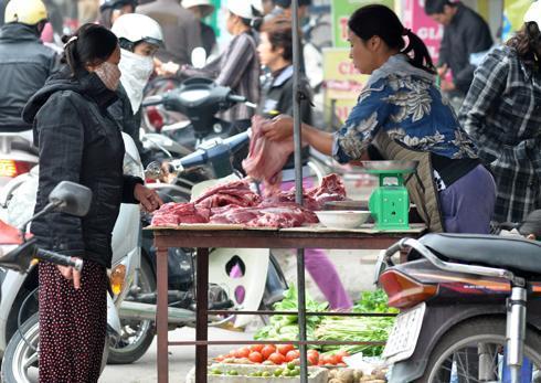 Giá thịt bò, thịt gà đã tăng nhẹ, còn thủy hải sản tăng mạnh trong dịp này dù còn hơn một tháng nữa mới đến Tết Âm lịch. Ảnh: AQ