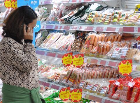 Các siêu thị cho biết ngoại trừ các mặt hàng đang biến động giá như thực phẩm tươi sống, hàng thiết yếu sẽ được giữ ở mức bình ổn trong dịp Tết Âm lịch này. Ảnh: AQ