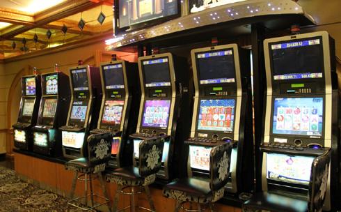 Chiếc máy đánh bạc mà Việt kiều Lý Sam chơi ngày 25/10/1999 nằm góc trong cùng trong dãy.