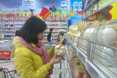 Giá trứng gà tại các siêu thị và chợ truyền thống ở Hà Nội cũng tăng mạnh. Ảnh: Anh Quân