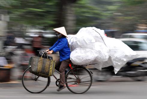 Theo các tổ chức quốc tế, mỗi người Việt hiện gánh khoảng 790 USD nợ công. Ảnh: Anh Quân