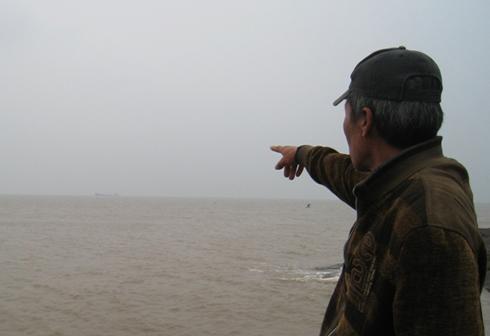 Vùng biển nơi con tàu hoang được neo đậu sau khi đưa về Thanh Hóa. Ảnh: Lê Hoàng