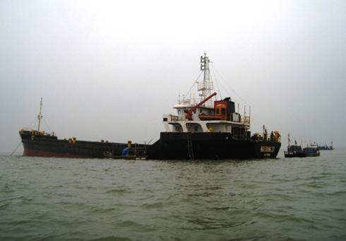 Chiều 25/1, khi đang đánh cá ở vùng biển Quảng Bình, nhiều ngư dân Thanh Hóa bất ngờ phát hiện một chiếc tàu vận tải cỡ lớn đang trôi dạt trên biển. Thấy con tàu có dấu hiệu bất thường, ngư dân đã lên tiếng gọi nhưng không có thủy thủ trả lời.