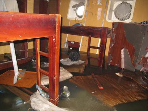 Bên trong phòng thủy thủ, nước ngập ngang chân giường.