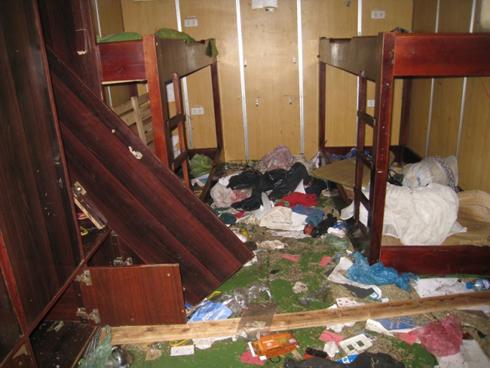 Bên trong phòng ngủ của thủy thủ đoàn, nhiều chiếc tủ và bàn ghế bị lục tung, phá hỏng.