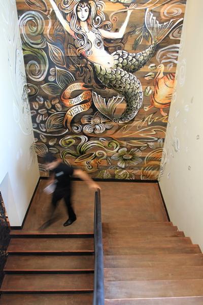 Cạnh lối đi của cầu thang lên tầng, hình ảnh nàng tiên cá biểu tượng của hãng với dòng chữ Việt Nam.