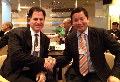 Ông Trương Gia Bình trong cuộc gặp với CEO Dell - Michael Dell tại Davos. Ảnh: FPT