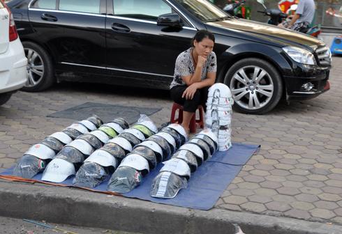 Các loại mũ kém chất lượng bày bán trên vỉa hè hay tại một số cửa hàng có giá từ 30.000 đồng đến 70.000 đồng. Ảnh: Anh Quân