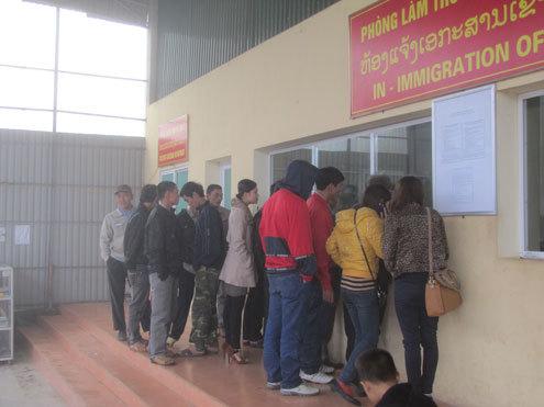Mùng 4 Tết đã có hàng chục thanh niên chờ đợi làm thủ tục xuất cảnh sang Lào ở cửa khẩu quốc tế Cầu Treo. Ảnh: Nguyên Khoa