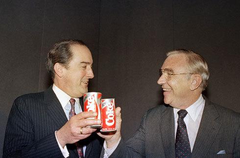 Chủ tịch Coca-Cola kiêm Giám đốc điều hành Roberto C.Goizueta (trái) và Giám dốc Donald R.Keough đang chúc mừng sản phẩm mới New Coke vào ngày 23/4/1985