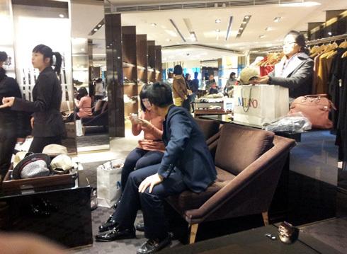 Theo chủ 2 cửa hàng, Gucci - Milano Hà Nội có bán cả sản phẩm trôi nổi trên thị trường. Ảnh: Anh Quân