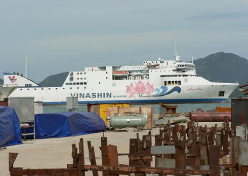 Tàu Hoa Sen neo tại vịnh Cam Ranh trước thời điểm khởi hành sang Trung Quốc năm 2011. Ảnh: SGTT