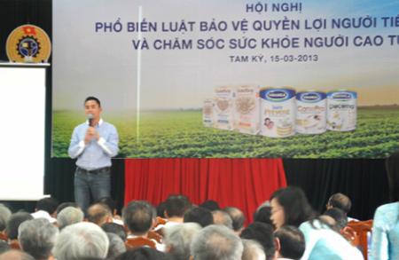 Ông Nguyễn Duy Luân  Quản Lý Nhãn hàng sữa đậu nành GoldSoy chia sẻ đến người cao tuổi Quảng Nam các thông tin về Vinamilk và sản phẩm sữa đậu nành giàu đạm không biến đổi gen GoldSoy.