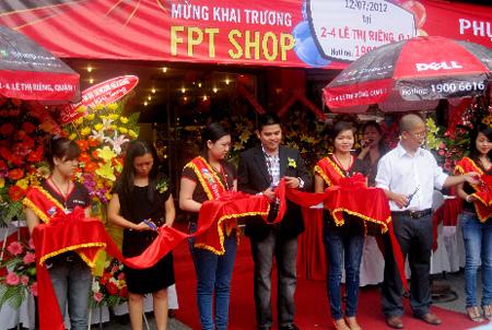 [Hình 3]: Các lãnh đạo FPT Shop cắt băng khai trương FPT Shop tại số 2- 4 Lê Thị Riêng, Tp.HCM