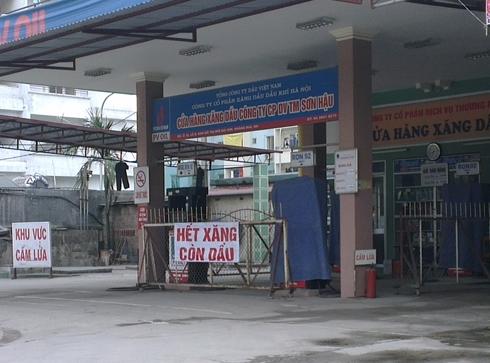 Nhiều cây xăng chỉ còn bán dầu do không còn đủ hàng trong bể. Ảnh: Anh Quân