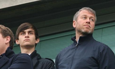 Arkadiy và Roman Abramovich trong một trận bóng năm 2011. Ảnh: Guardian