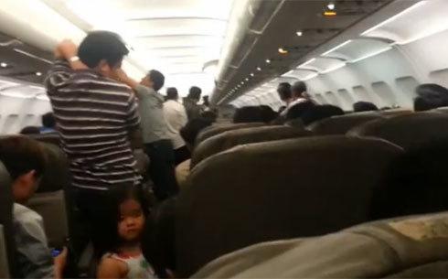 Hàng trăm khách, trong đó có cả trẻ em ngồi trên máy bay hơn 4 tiếng đồng hồ để phản đối Jetstar Pacific liên tục hủy chuyến. Ảnh do hành khách cung cấp