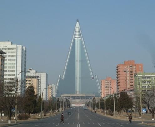 Khách sạn Ryugyong nhìn từ bên ngoài. Ảnh: BI