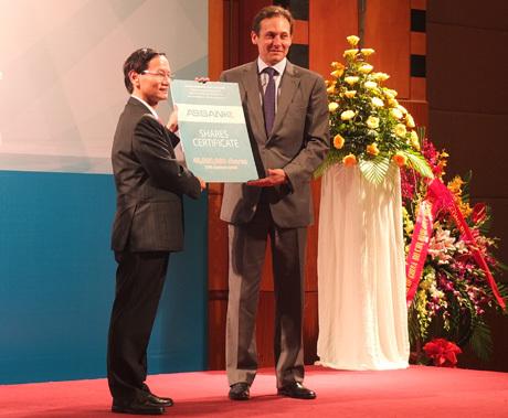 Ông Vũ Văn Tiền (trái) và ông Simon Andrew - đại diện cổ đông chiến lược mới IFC. Ảnh: Thanh Lan.