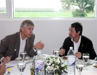 Chủ tịch HAGL Đoàn Nguyên Đức và đại diện Arsenal. Ảnh: PV