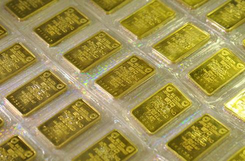 Nhiều lo ngại vàng lậu sẽ gia tăng nếu giá trong nước còn vênh xa thế giới. Ảnh: AQ.