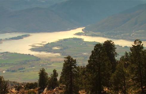 Một phần quang cảnh núi Powder với hồ nước trong thung lũng.